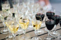 kaboompics_Glasses with wine and orange juice